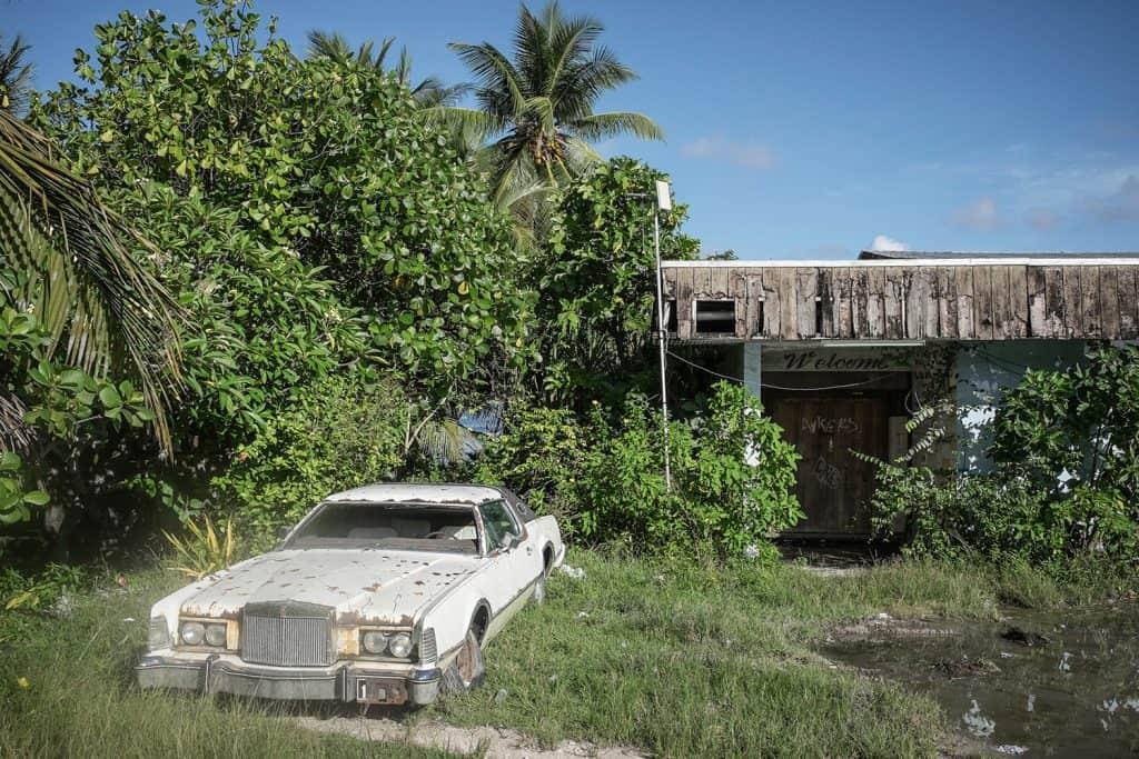 Carro abandonado em Nauru