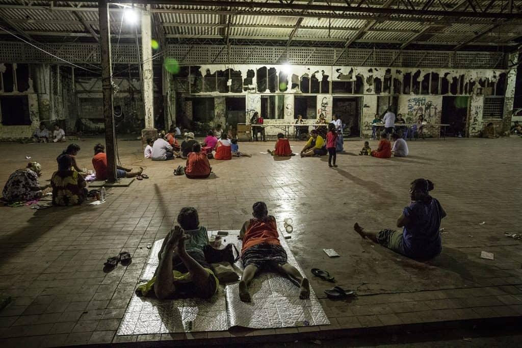 Cidadãos nauruanos em um Bingo em uma construção abandonada